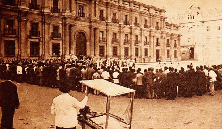 La Plaza de la Libertad, frente al Palacio de La Moneda fue el escenario santiaguino de los primeros partidos de hockey femenino.